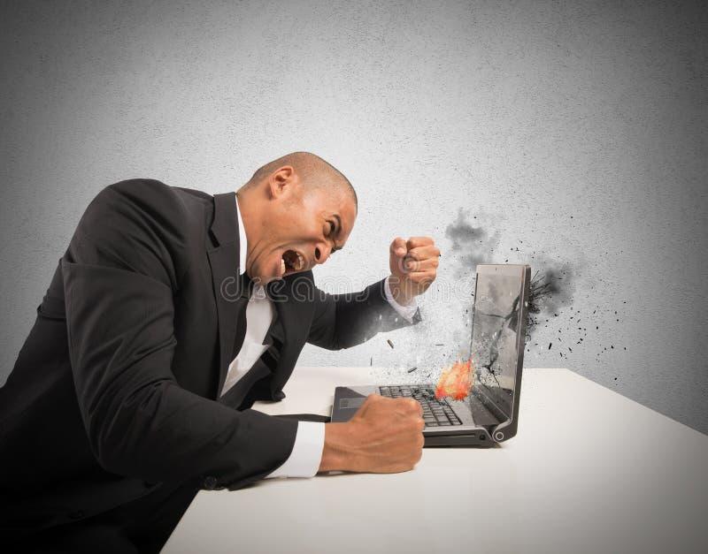 Esforço e frustração causados por um computador imagens de stock
