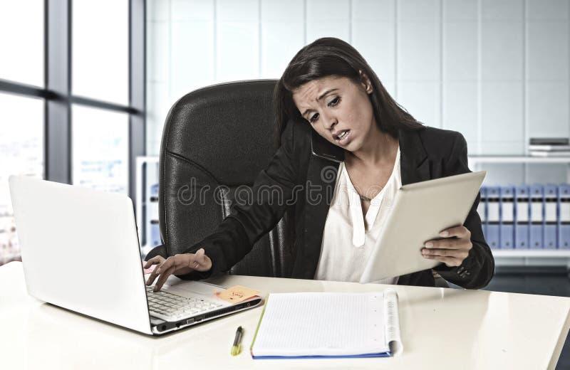 Esforço latino do sofrimento da mulher de negócio que trabalha no cálculo do escritório fotos de stock royalty free
