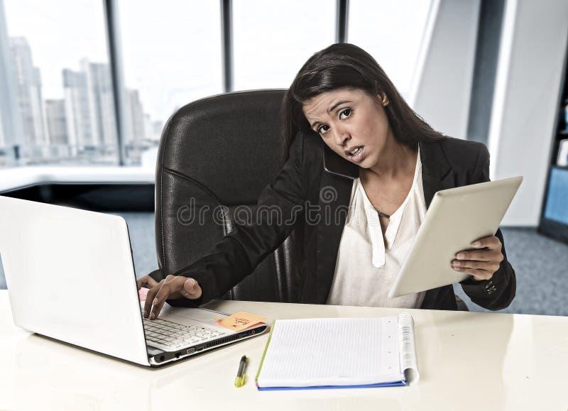 Esforço latino do sofrimento da mulher de negócio que trabalha no cálculo do escritório fotografia de stock