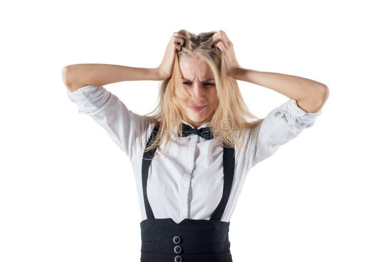 Esforço. A mulher forçada está indo louca puxando seu cabelo na frustração. Close-up da mulher de negócios nova no branco. fotos de stock