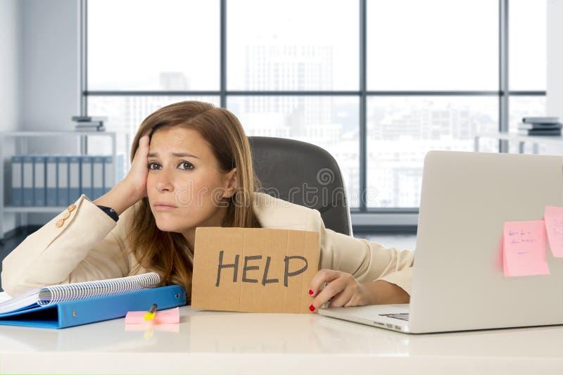 Esforço triste e desesperado atrativo do sofrimento da mulher de negócio no sinal da ajuda da terra arrendada da mesa do laptop d imagem de stock
