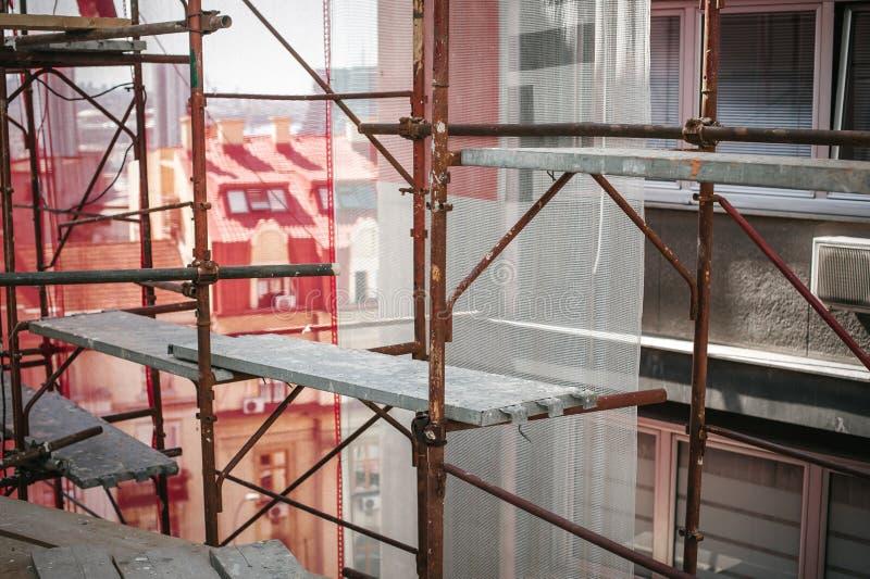 Esforços de segurança no estaleiro Processo de renovação de edifícios imagens de stock