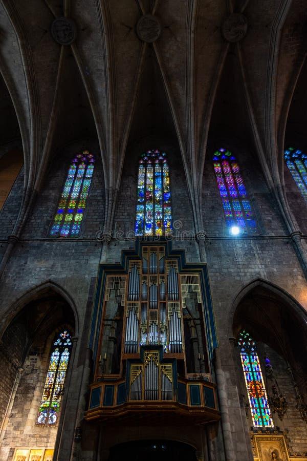 Esglesia de Santa Maria del PI, detalle del órgano y de los vitrales policromos Barcelona foto de archivo
