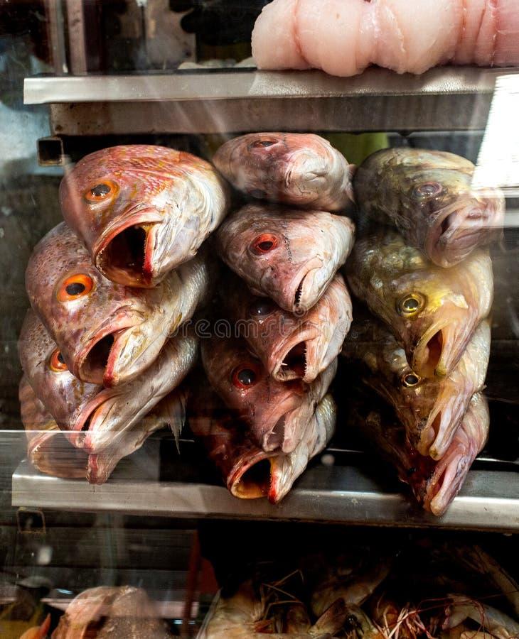 Esibito in una vetrina di un mercato immagini stock