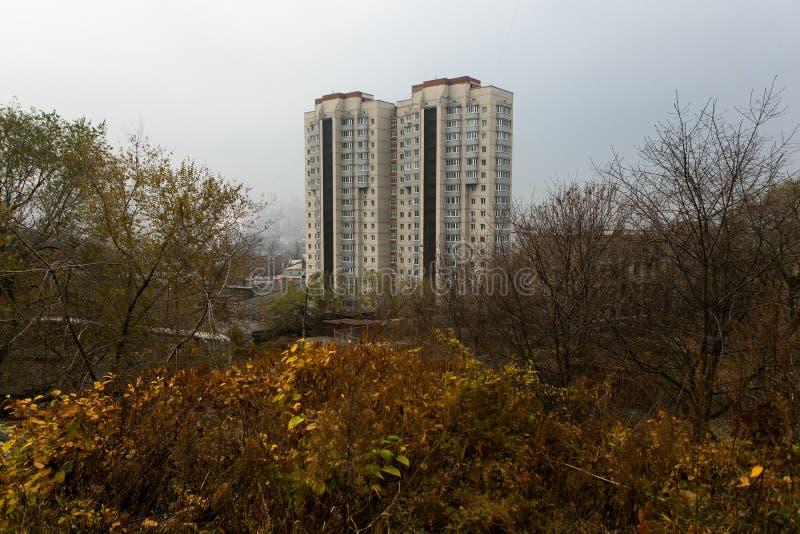 Esidential utveckling av Vladivostok panel- och tegelstenhus Gator av att sova områden av huvudstaden av Faret East arkivbild