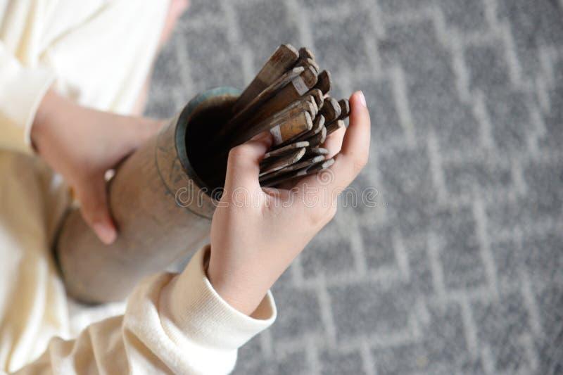 Esiimsi pomy?lno?ci chi?ski tradycyjny narrator, bambus wtyka z liczb? dla przepowiedni, Esiimsi jest horoskop przepowiedni wypos zdjęcie stock