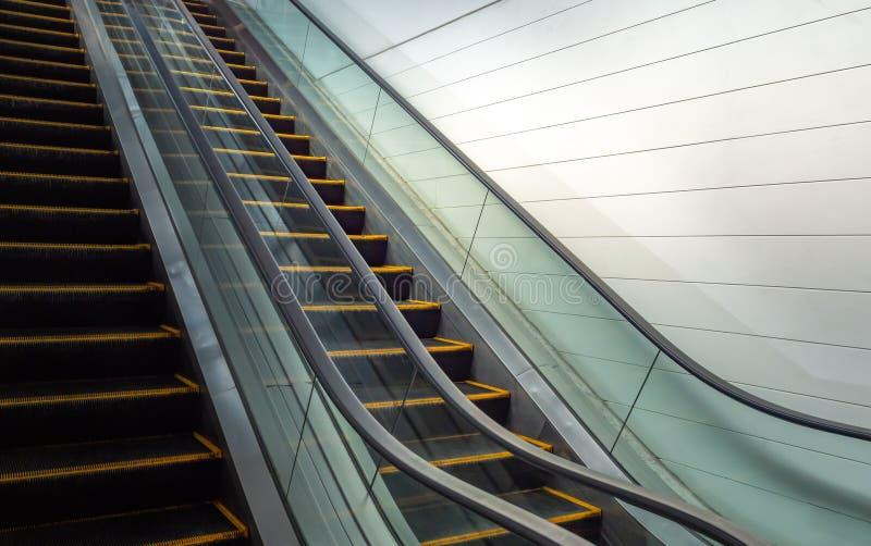 Eskalator i biel ściana zdjęcia stock