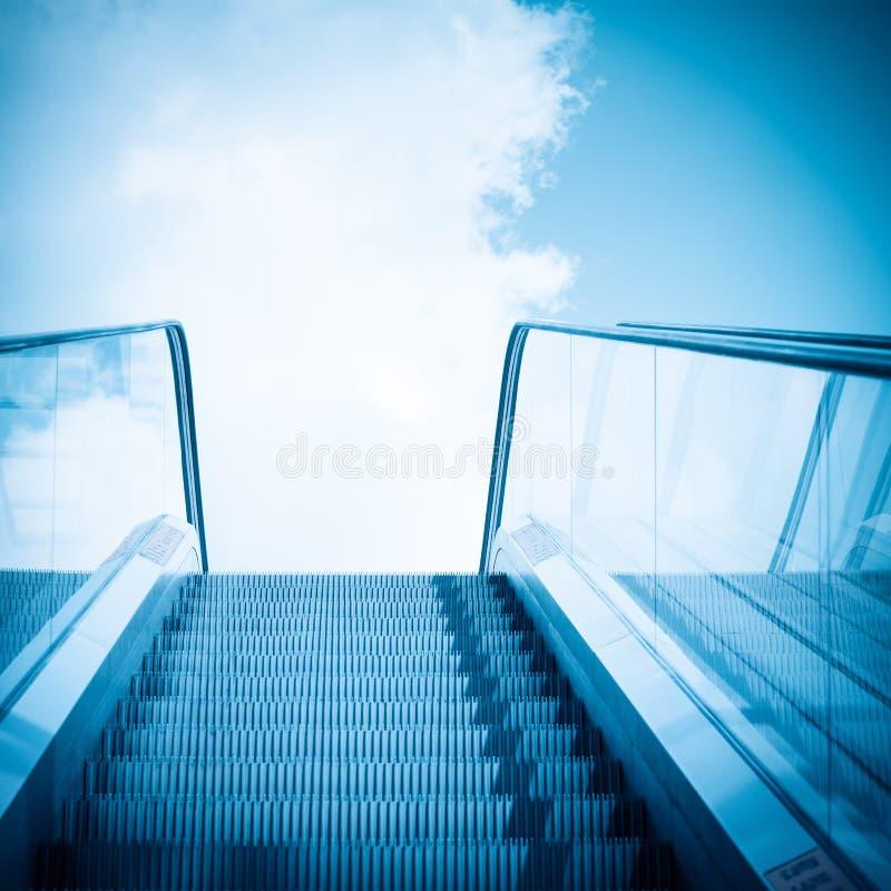 Eskalator i niebieskie niebo zdjęcie royalty free