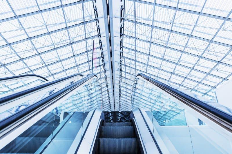 Eskalator przy lotniskowym PARYSKIM Charles De Gaulle błękitem barwił obrazy stock