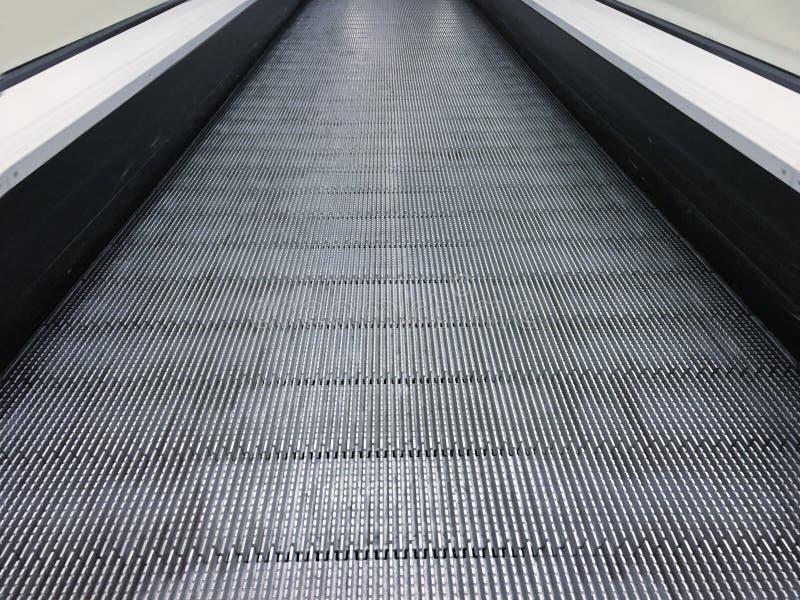 Eskalator w centrum handlowym, centrum handlowym lub domu towarowym społeczności, poruszający schody Neonowy światło, Nowożytny e fotografia royalty free