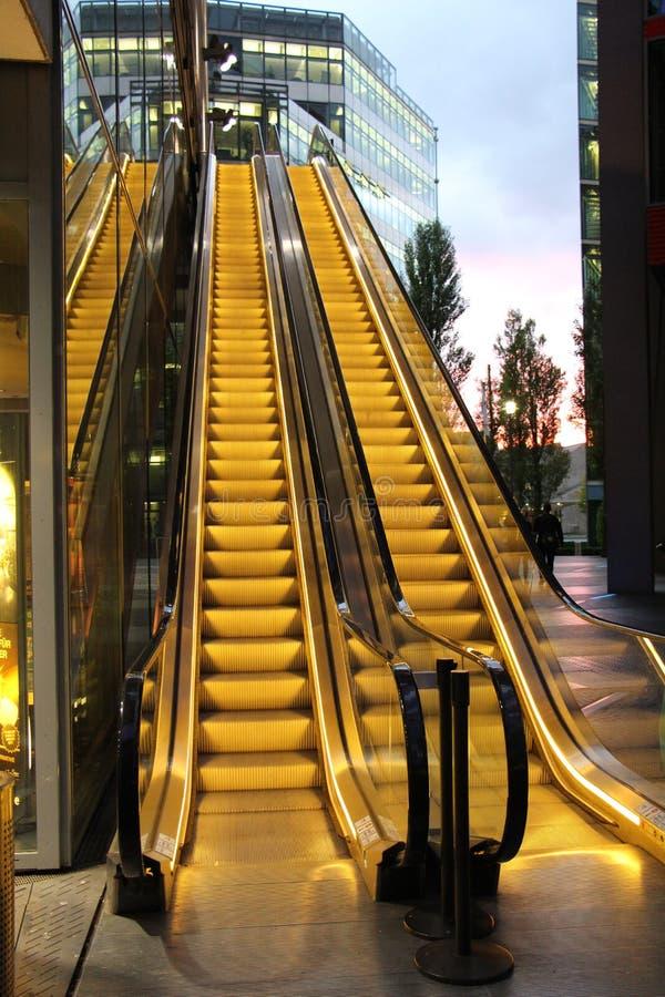 Eskalator w nocy obrazy royalty free