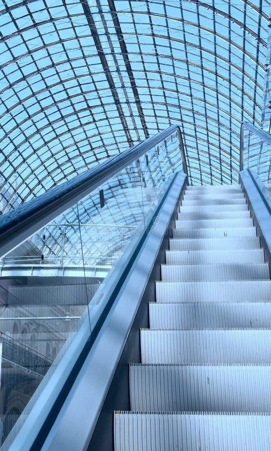 Eskalator w zakupy centrum handlowym zdjęcie royalty free