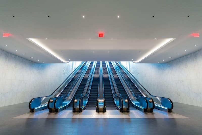 Eskalator z błękita światła przybyciem od na piętrze obrazy royalty free