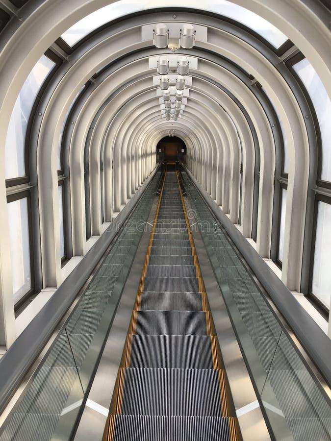 Eskalatoru tunelu przejście zdjęcia stock