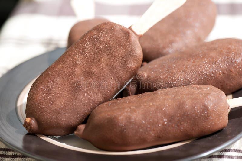 Eskimåglass Vit vanilj som glasas med choklad closeup royaltyfri bild