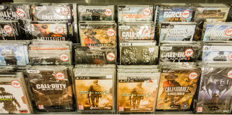 Eskisehir, Турция - 11-ое августа 2017: Видеоигры на дисплее в магазине игры в Eskisehir стоковое фото rf