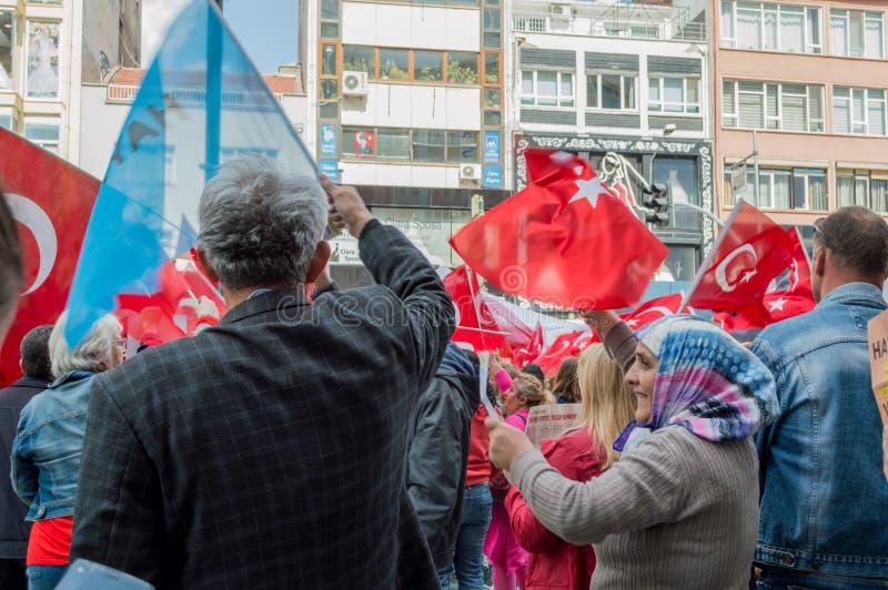 Eskisehir, Турция - 15-ое апреля 2017: Люди демонстрируя для того чтобы сказать НЕТ для референдума в улице стоковые фото