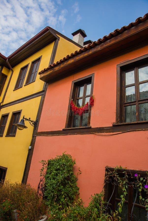 Eskisehir, die Türkei: Pfeffer trocknet auf dem Fenster Bunte Odunpazari-Bezirks-Hausansicht in Eskisehir-Stadt lizenzfreies stockfoto