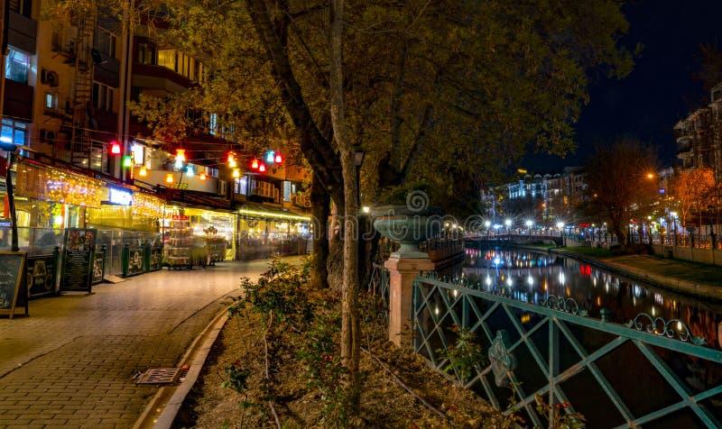 Eskisehir/die T?rkei 22. April 2019: Ansicht des Stadtzentrums und des Porsuk-Flusses in der Nacht lizenzfreies stockbild