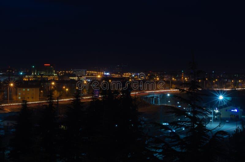 Eskisehir, Türkei-Dezember 24,2018: Stadtlichter und Ampeln sind nachts lizenzfreie stockfotografie