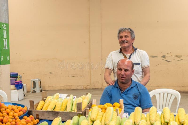 Eskisehir Turcja, Czerwiec, - 15, 2017: Ludzie przy tradycyjnym typowym Tureckim sklepu spożywczego bazarem w Eskisehir, Turcja obrazy royalty free