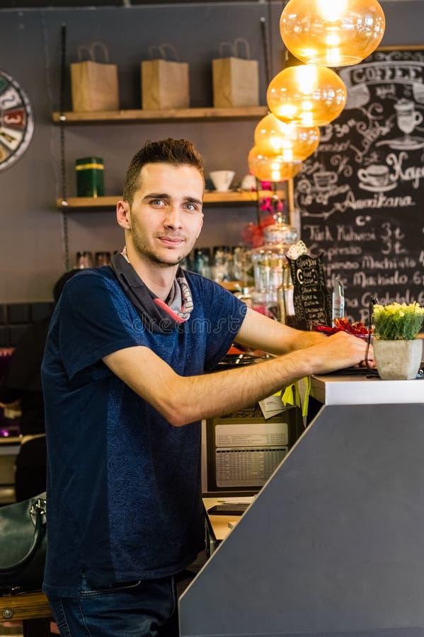 Eskisehir Turcja, Czerwiec, - 14, 2017: Szczęśliwa małego biznesu właściciela pozycja przy kontuarem kawiarnia obraz royalty free