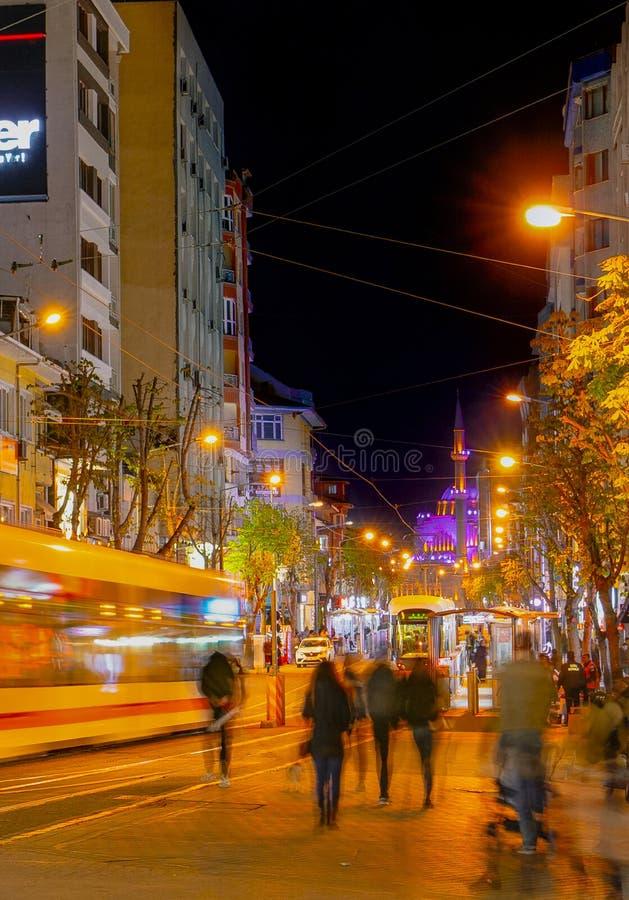 Eskisehir/Turkiet-April 22 2019: Sikt av centret nära den Porsuk floden på natten arkivbild