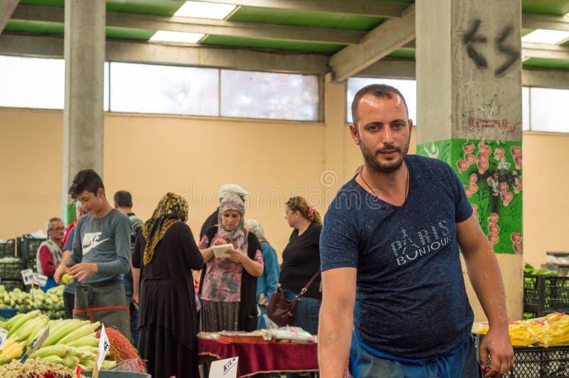 Eskisehir Turkiet - Juni 15, 2017: Folk på den traditionella typiska turkiska livsmedelsbutikbasaren i Eskisehir, Turkiet arkivbilder