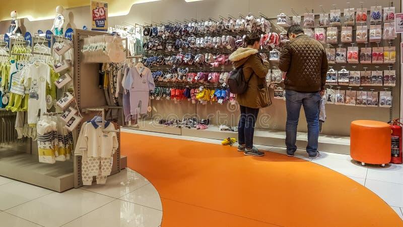 Eskisehir, Turkije - April 08, 2017: Jong paar die babyschoenen in een supermarkt in Eskisehir zoeken royalty-vrije stock fotografie