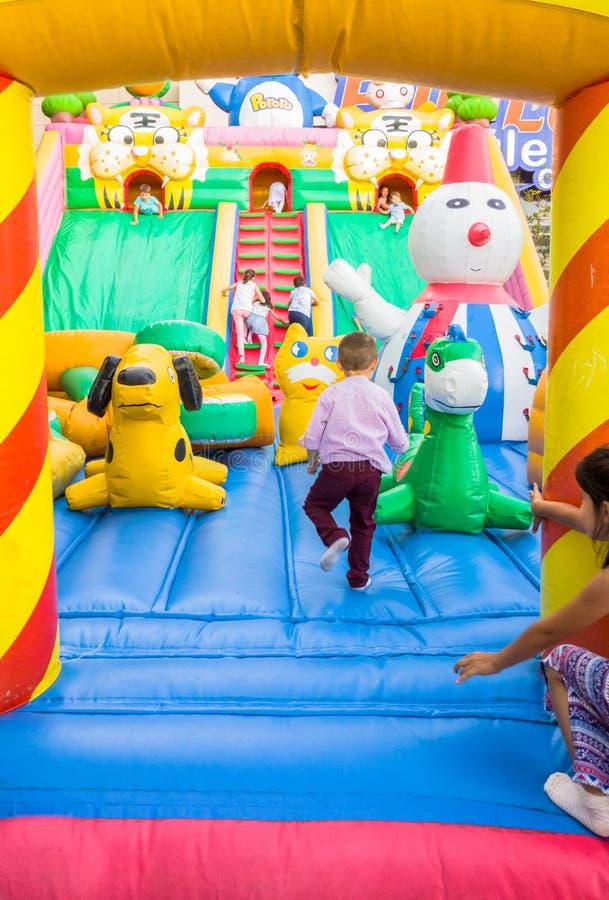 Eskisehir, Turquía - 25 de junio de 2017: Niños que juegan en patio colorido en Eskisehir, Turquía imagenes de archivo