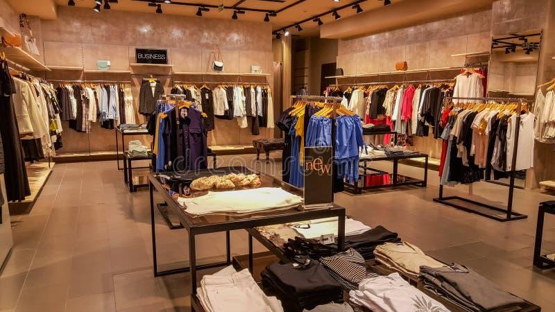 Eskisehir, Turquia - 18 de abril de 2017: A mulher de negócio elegante veste-se em uma loja do boutique em Eskisehir fotos de stock