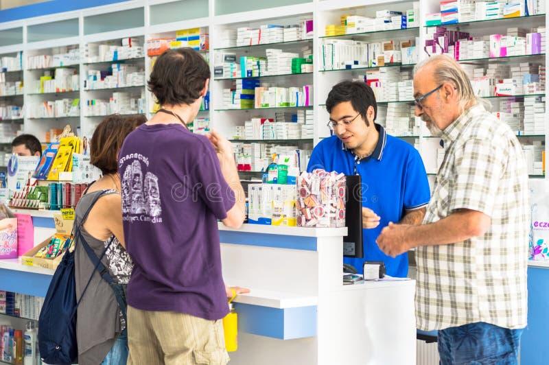 Eskisehir, Turquie - 14 juin 2017 : Clients de aide de jeune pharmacien positif au compteur image stock