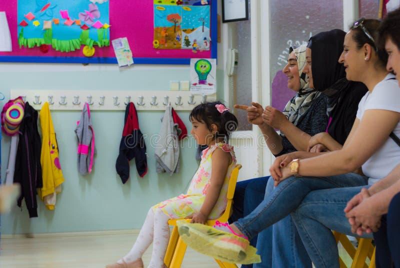 Eskisehir, Turquie - 5 mai 2017 : Mères de petite fille et d'enfants se reposant sur une chaise photographie stock libre de droits