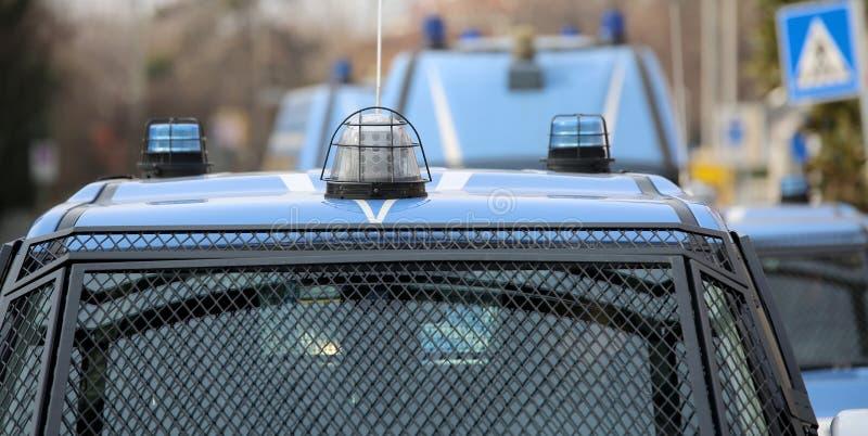 Eskortfartyg med flera polisbilar och pansarbilar royaltyfria bilder
