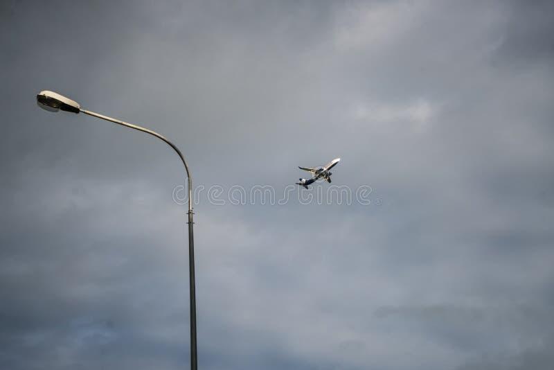 Eskortuj? samoloty b??kitna wysoko?? obrazy stock