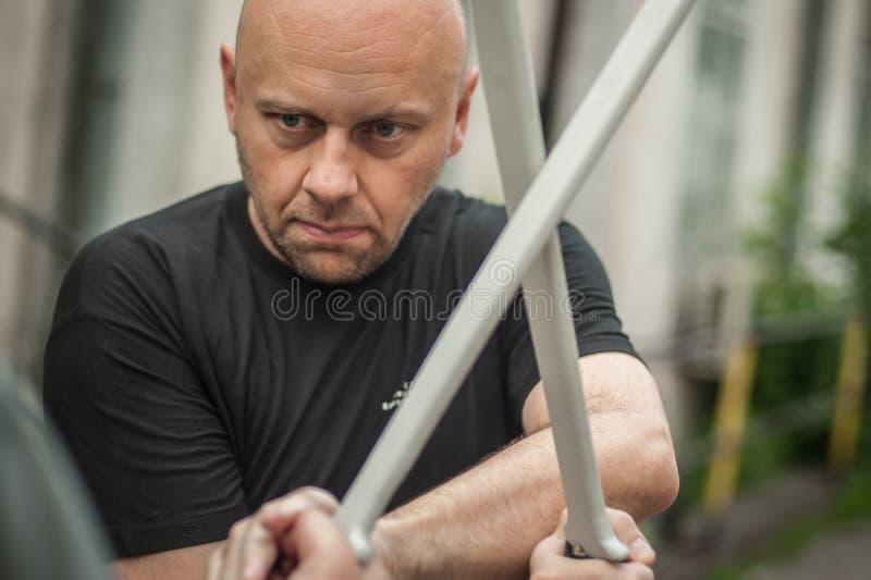 Eskrima och kapapinstruktören visar machetevapnet som slåss teknik royaltyfri fotografi