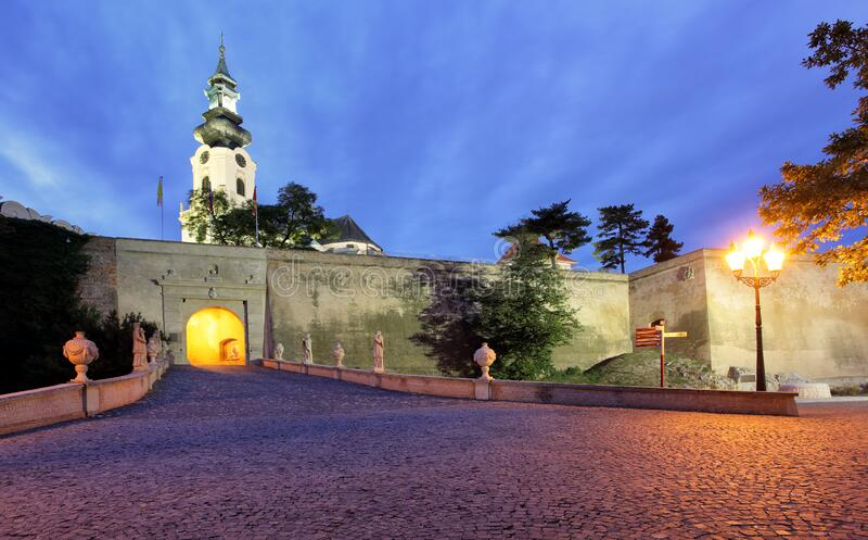 Eslováquia, castelo Nitra à noite imagens de stock