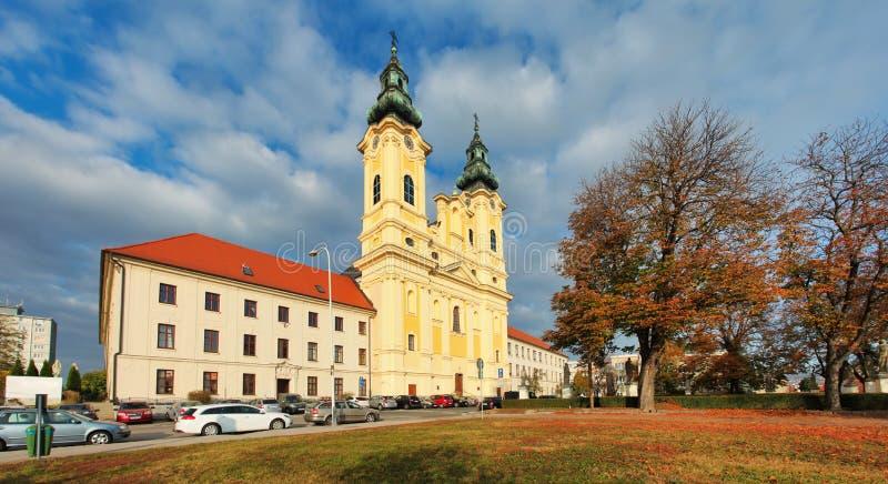 Eslováquia - Nitra, Igreja de Saint Ladislav em praça e parque foto de stock