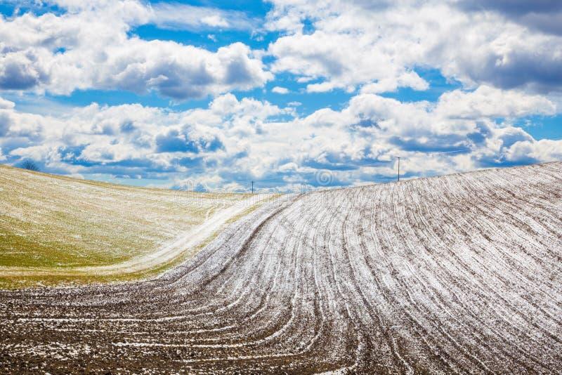 Eslováquia - o campo no país da mola do platô de Silicka Planina imagens de stock