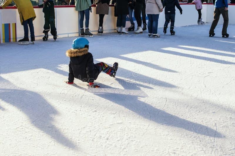 Eslov?quia, em dezembro de 2018 patinagem no gelo As crian?as pequenas patinam nas pistas Recrea??o exterior ativa, na rua fotografia de stock