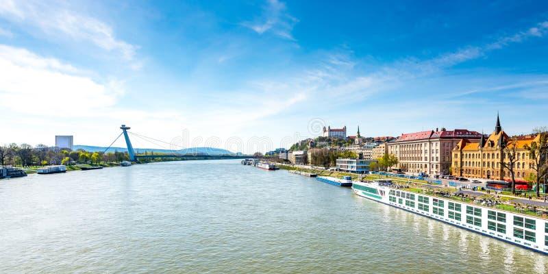 Eslovaquia, Bratislava: Paisaje urbano de la capital de Eslovaquia Catedral de San Martín, puente sobre el río Danubio y vista pa fotografía de archivo libre de regalías