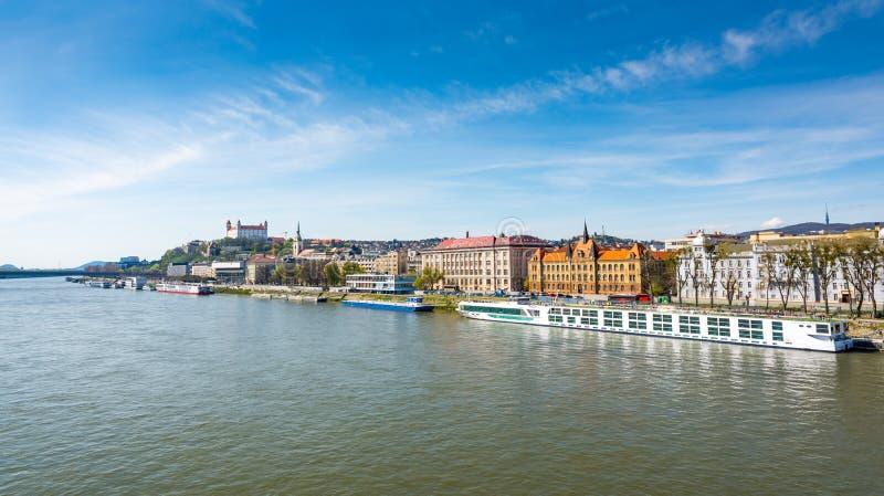Eslovaquia, Bratislava: Paisaje urbano de la capital de Eslovaquia Catedral de San Martín, puente sobre el río Danubio y vista pa imagen de archivo libre de regalías