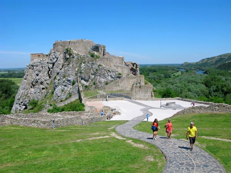 Eslovaquia, historia, turistas en Devin Castle fotografía de archivo libre de regalías