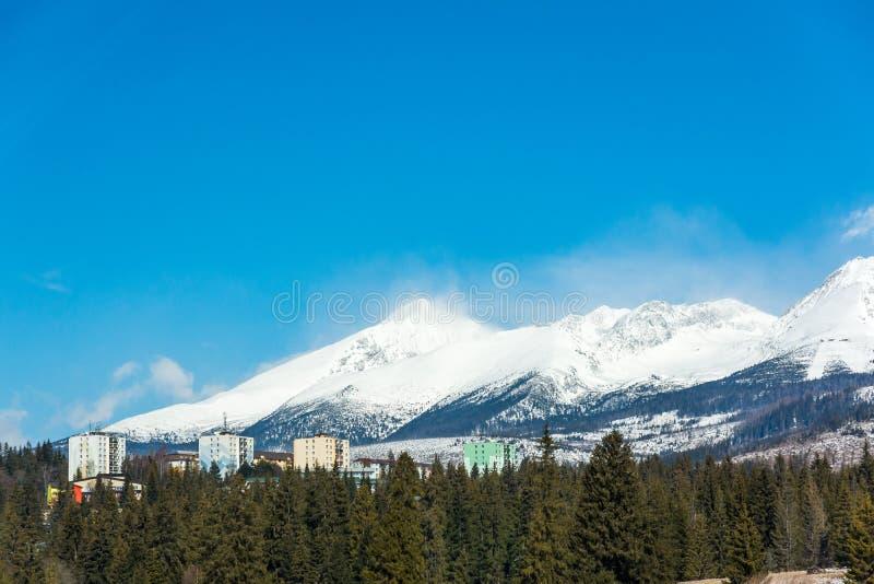 Eslovaquia: La casa prefabricada contiene cerca de las montañas en la ciudad de Strbske Pleso Tatra grande en fondo y bosque en p foto de archivo libre de regalías