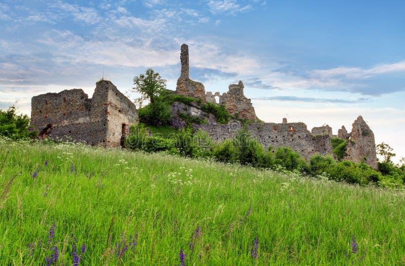 Eslovaquia - ruina del castillo Korlatko fotos de archivo libres de regalías