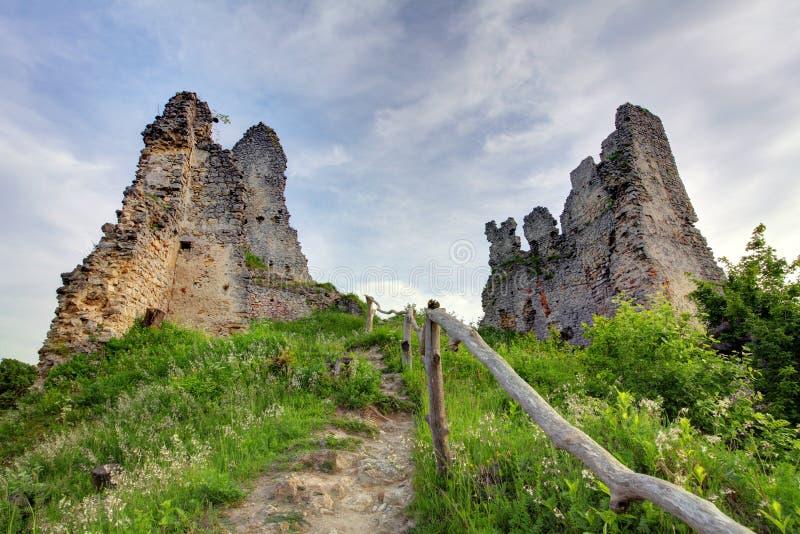 Eslovaquia - ruina del castillo Korlatko imagenes de archivo