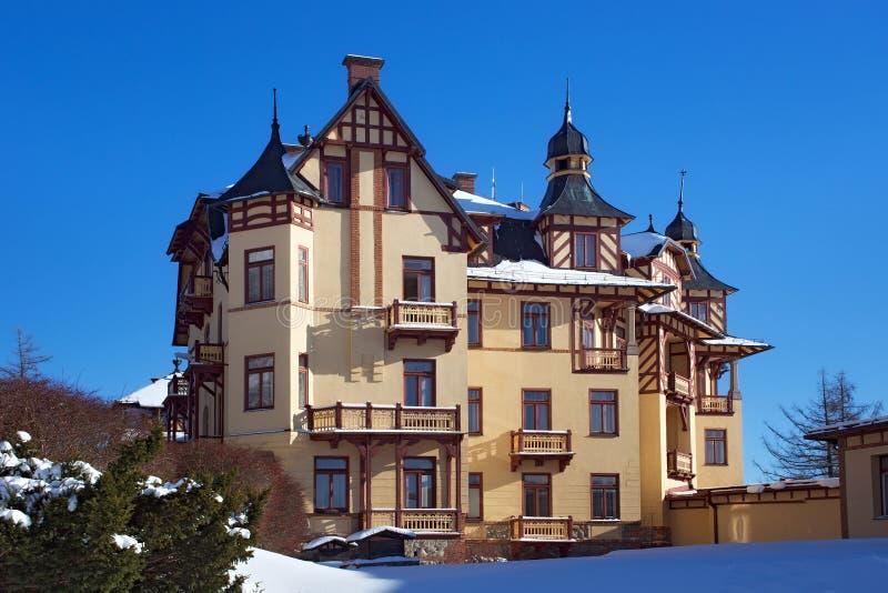 ESLOVAQUIA, STARY SMOKOVEC - 6 DE ENERO DE 2015: Vista del hotel magnífico en del centro turístico las altas Tatras montañas popu fotos de archivo libres de regalías