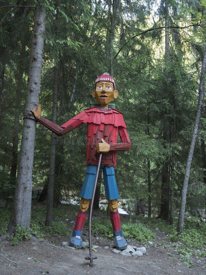 Eslovaquia, Tatra Occidental, 3 de julio de 2019: gran estatua de madera colorida tallada de hiker al principio de Uzka foto de archivo