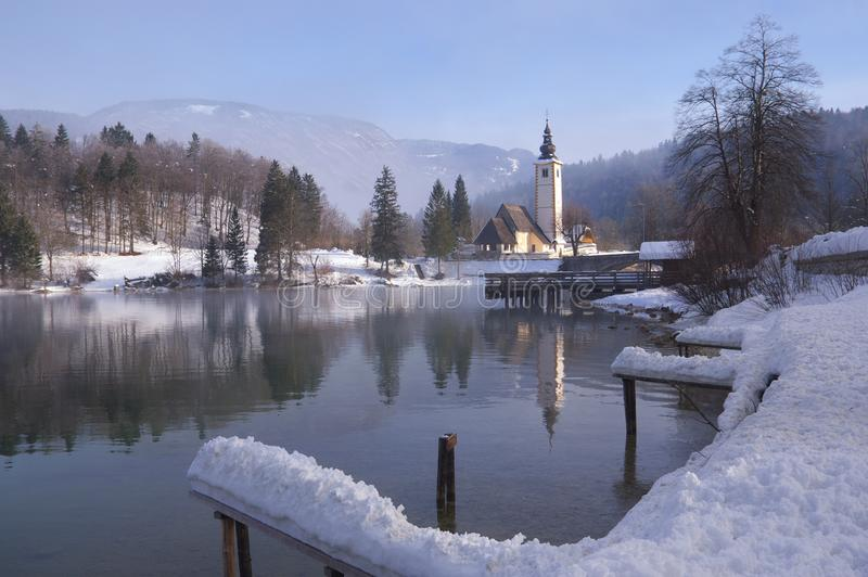 Eslovenia, lago Bohinj - imagen del invierno con niebla fotos de archivo libres de regalías
