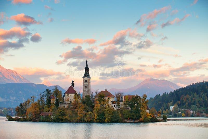 Eslovenia pintoresca, lago sangrado y ciudad por la tarde foto de archivo